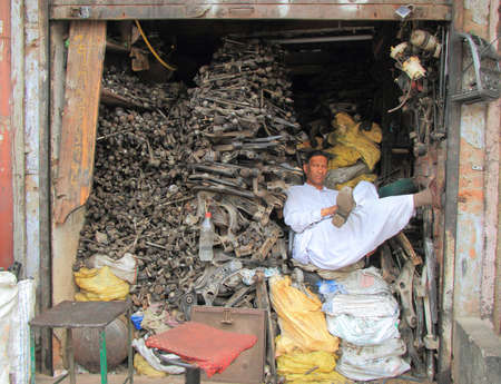 altmetall: Delhi, Indien - 20. Februar 2015 wartet man im Empfangspunkt von Metallschrott