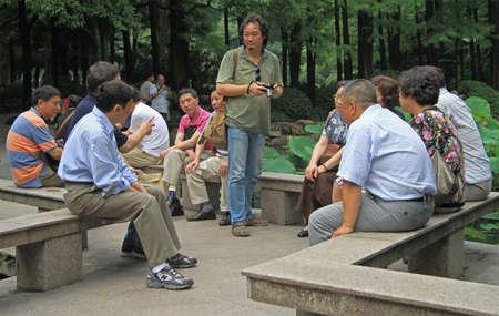 personas comunicandose: Shanghai, China - 1 de julio de 2015: El pueblo chino está comunicando en el parque de Shanghai, China