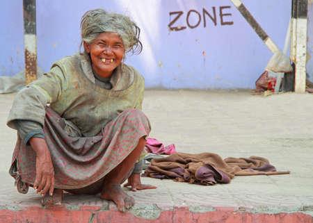 Kolkata, Indien - 15. März 2015: alte zahnlose Frau ist auf dem Bürgersteig sitzen auf der Straße in Kolkata