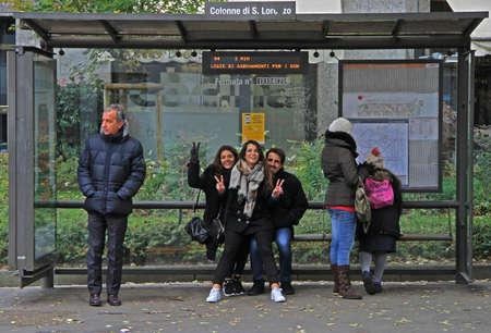 Mediolan, Włochy - 28 listopada 2015: ludzie czekają na autobus na przystanku stacji w Mediolanie