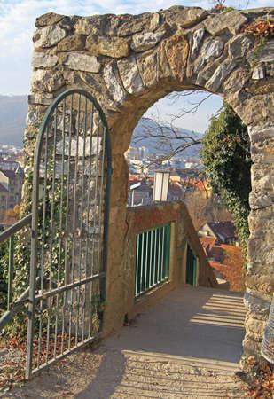 puertas de hierro: puerta de metal para aparcar en Graz, Austria Foto de archivo