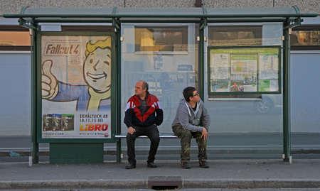 bald: Graz, Austria - 14 de noviembre de, 2015: 2 hombres están a la espera de transporte a la parada de autobús
