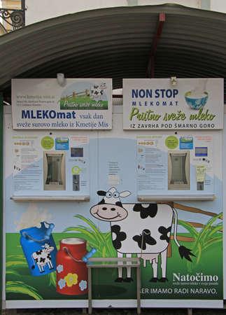 latte fresco: Ljubljana, Slovenia - 17 novembre 2015: distributore automatico di latte sulla strada di Lubiana, Slovenia Editoriali