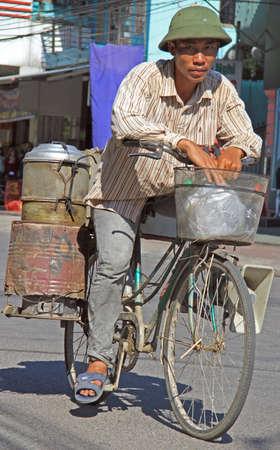 radiacion solar: Vinh, Vietnam - 29 may, 2015: el hombre está montando una bici al aire libre en Vihn, Vietnam