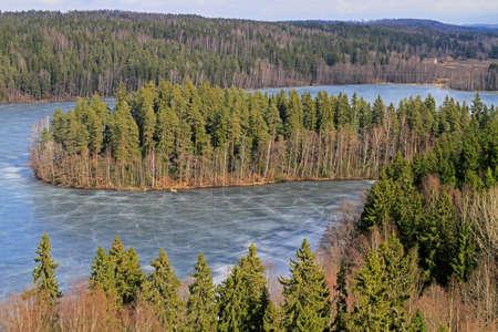 Vue gelée du lac et de la forêt depuis le point de vue Banque d'images - 79345031