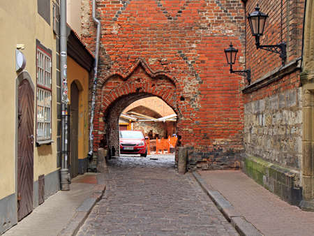 scenery arch passageway in old city of Riga, Latvia Redactioneel