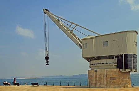 Santander, España - 26 de mayo de 2018: Vista de la vieja grúa llamada Grua de Piedra en el paseo marítimo de Santander