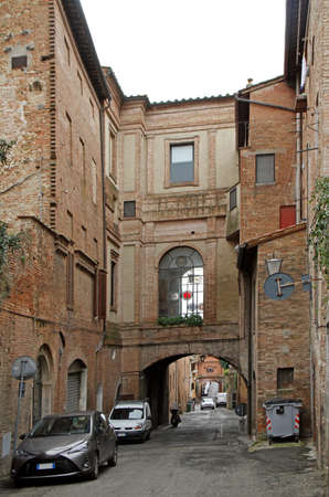 the narrow street in old town of Siena Stockfoto