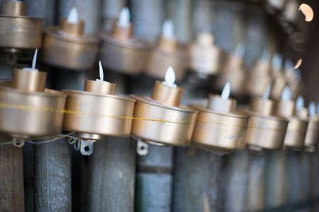 银色茶灯在马来村庄木房子
