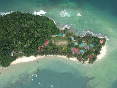 マレーシア、サバ島のマヌカン島の空中。緑の海をクリア。マヌカン島はサバ島で最も訪問者の多い島です。画像には、ソフトフォーカス、ノイズ 写真素材