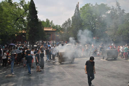 People Burning incense at Lama Temple in Beijing, China 新聞圖片