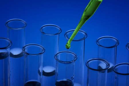 pipeta: Azul de vasos de Labolatory  Vials y pipeta Foto de archivo