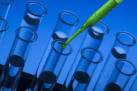 chemic: Cristalleria Labolatory scuro  flaconi e Pipettare  Archivio Fotografico