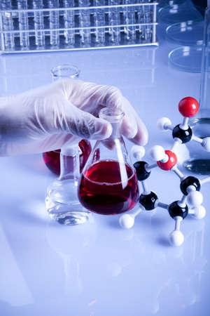 chemic: Gli atomi, flacone e mani nei guanti Archivio Fotografico