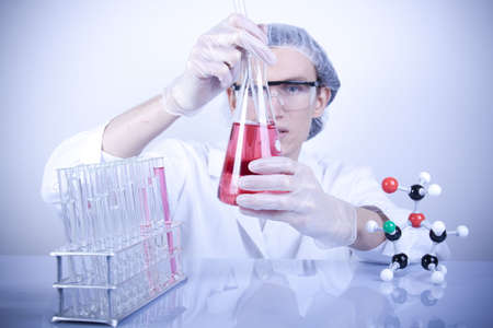 chemic: Scienziato Examing