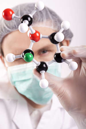 chemic: Scienziato Looking Over atomi