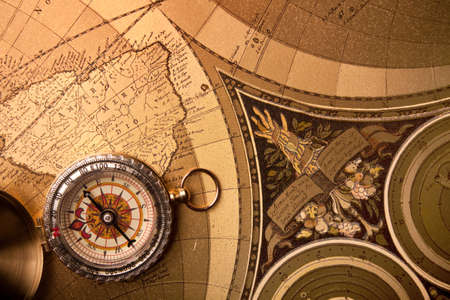 carte tr�sor: Gros plan de la boussole or