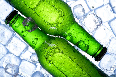 botellas de cerveza: Cerveza refrigerada!  Foto de archivo