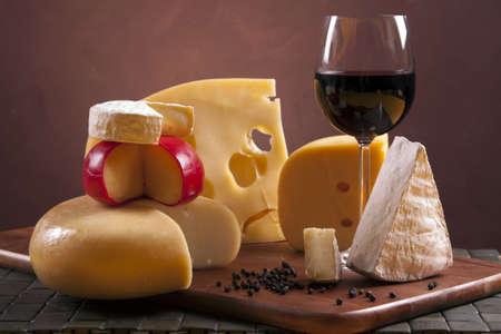 vinos y quesos: Composici�n de queso y vino Foto de archivo