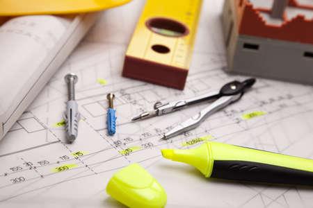 Bouwplannen met helm en tekengereedschappen op blauwdrukken