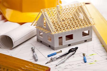 Piani di costruzione con il casco e gli strumenti di disegno su modelli