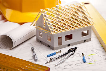 viviendas: Planos de construcción con casco y herramientas de dibujo de planos