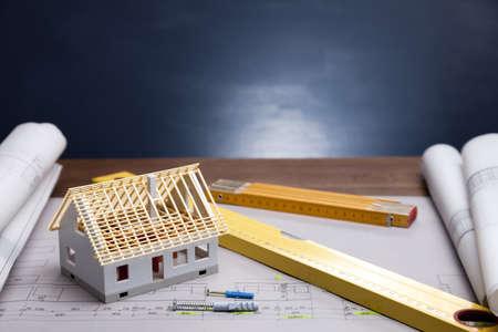 architect: Los planes de construcci�n y planos sobre la mesa de madera Foto de archivo