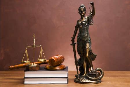 balanza de justicia: Martillo de justicia y de martillo en el escritorio con fondo oscuro