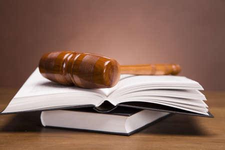 trial balance: Las escalas de la justicia y martillo en el escritorio con fondo oscuro Foto de archivo