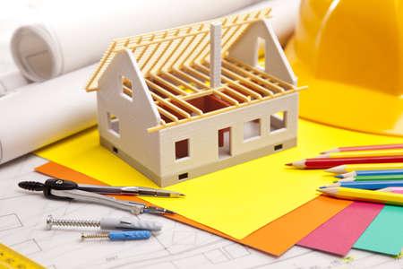 Piani di costruzione e progetti sul tavolo in legno Archivio Fotografico