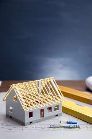 Baupläne und Blaupausen auf Holztisch Standard-Bild