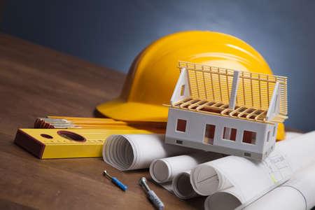 Piani di costruzione e progetti su tavola di legno