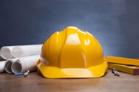 épület: Építési tervek és tervrajzok a fából készült asztal Stock fotó