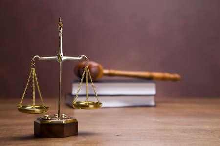 Waage der Gerechtigkeit und Hammer auf Schreibtisch mit dunklem Hintergrund Standard-Bild - 11621109