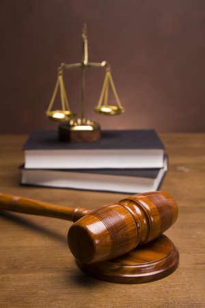 gerechtigheid: Schalen van justitie en hamer op het bureau met donkere achtergrond