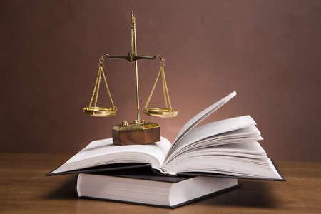 abogado: Las escalas de la justicia y martillo en el escritorio con fondo oscuro Foto de archivo