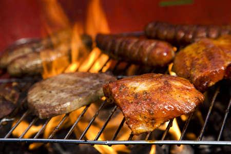 carne asada: Barbacoa en el jard�n, la cena muy sabrosa Foto de archivo