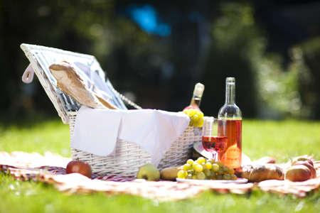 정원에서 picninc 바구니에서 신선한 음식!