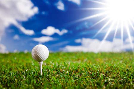 Golf Ball auf dem grünen Rasen Studioaufnahme