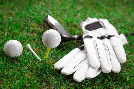 Golfbal op het groene gras Studio Shot Stockfoto