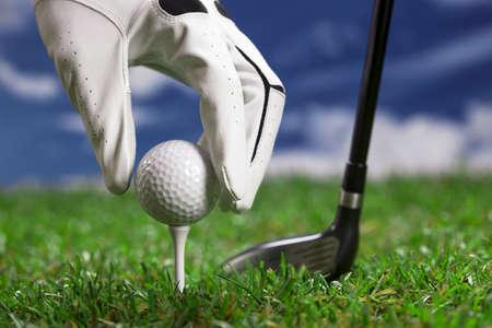 Golf ball on the green grass  Studio Shot  Foto de archivo