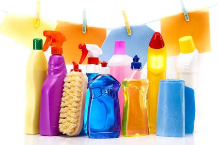 cleaning products: Artículos de limpieza aisladas sobre fondo blanco