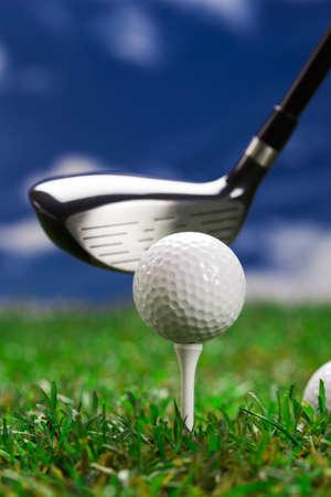 Pallina da golf sul prato verde. Studio Shot!