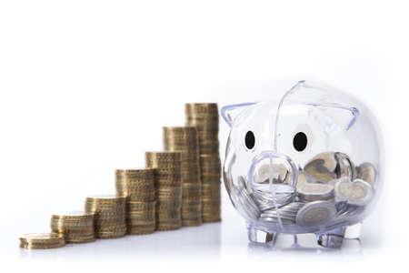 mucho dinero: Ahorro en hucha Una gran cantidad de dinero aislados en fondo blanco