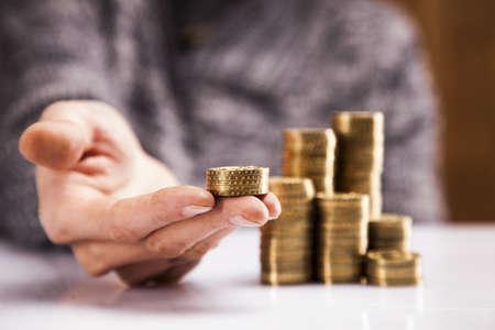 contando dinero: Hombres contando tiros del estudio del dinero
