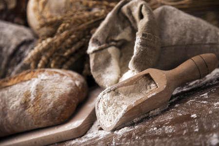 canasta de panes: Conjunto tradicional de pan, panes y otros ingredientes