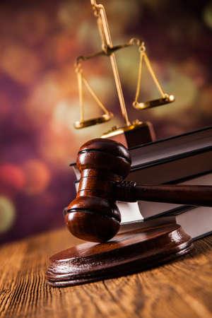 マレット、法的コードおよび正義のスケール。法の概念、スタジオ ショット 写真素材