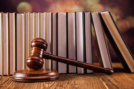 木槌、法的コードおよび正義のスケール。法の概念、スタジオ ショット