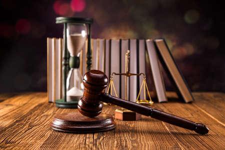 망치, 법적 코드와 정의의 저울. 법률 개념, 스튜디오 촬영