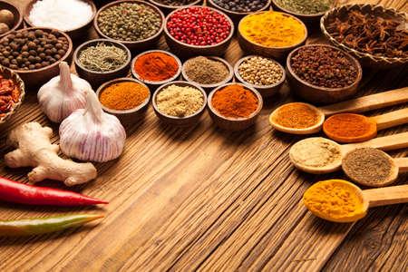 еда: Выбор различных красочных специй на деревянный стол в мисках